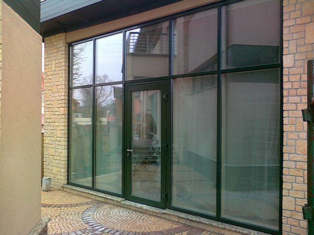 Витраж с дверью из фасадной серии Алюминиевого профиля